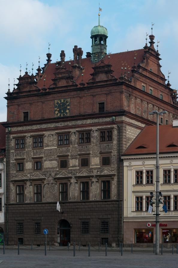 Dopravní značka před Plzeňskou radnicí určuje směrem, kterým se Plzeň v aktuálním volebním období ubírá