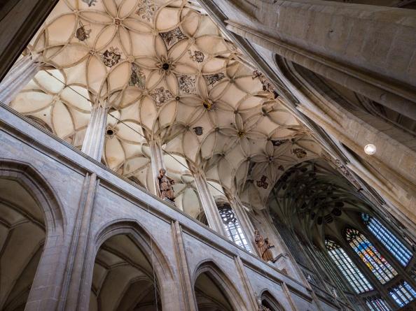 I vysoký zdobený strop si se světly hraje.
