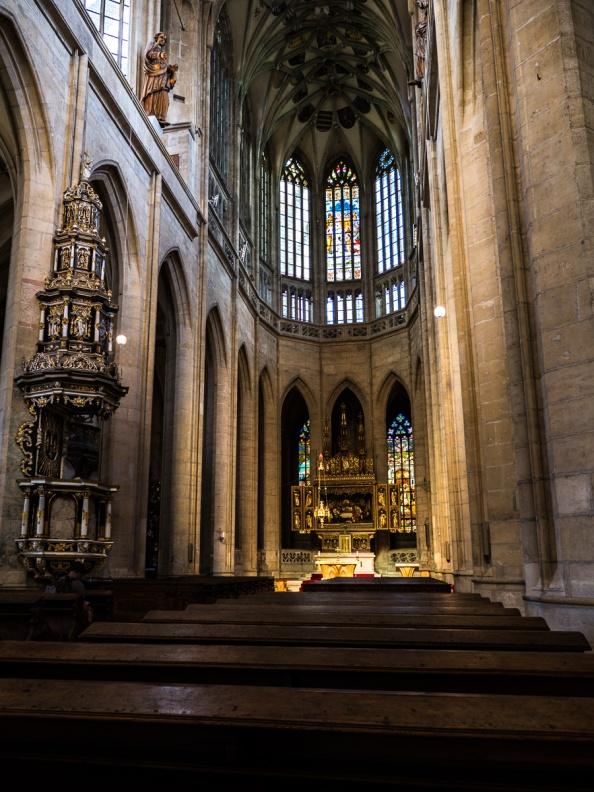 Pohled na oltář a kazatelnu
